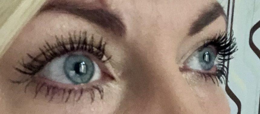 Öon med perfekt böjda ögonfransar